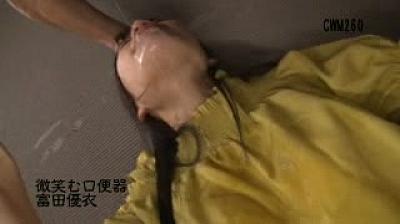 微笑む口便器/富田優衣